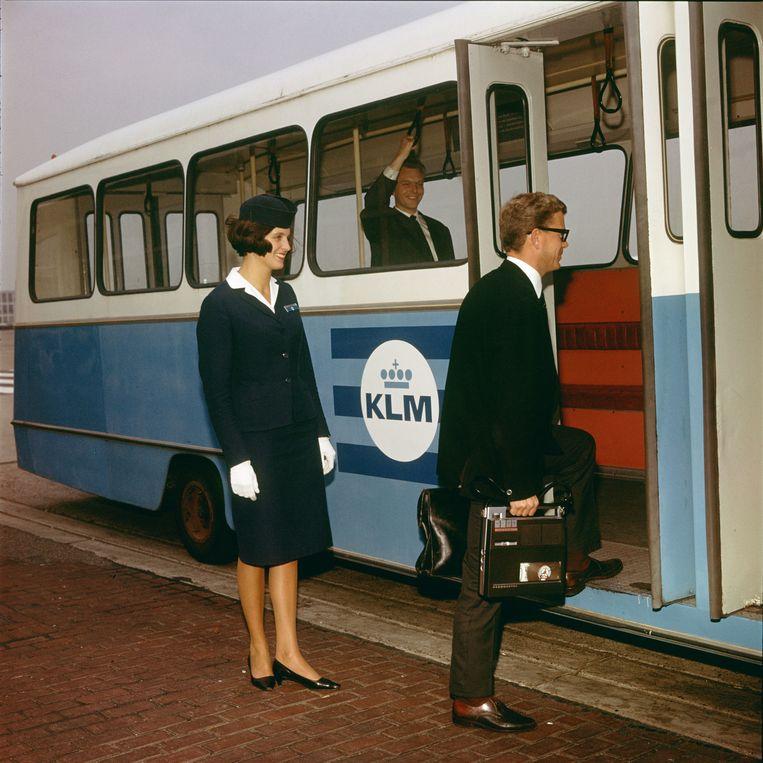 Passagier stapt in KLM-bus, platform Schiphol, 1964. Beeld Nico van der Stam/MAI