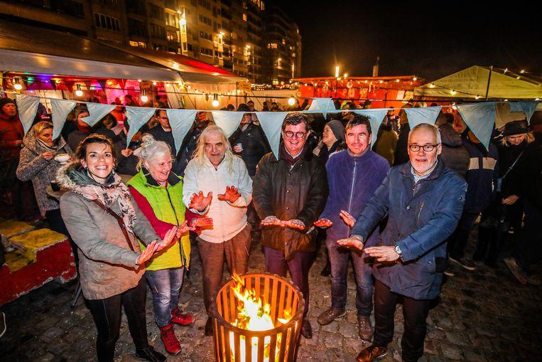 Groen-schepen Silke Beirens (links) en Iwein Scheer van De Beeldstorm (derde van links) denken met het voltallige stadsbestuur na over een ecologisch alternatief voor de kerstboomverbranding.