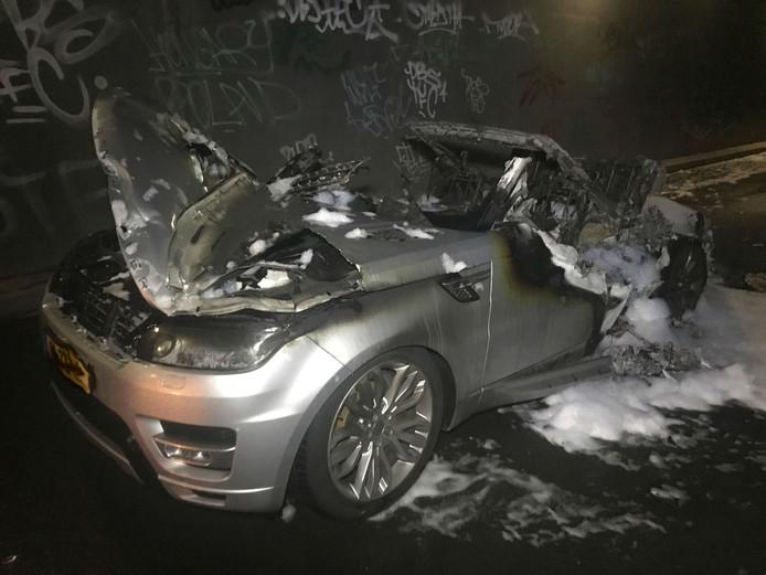 De Range Rover Sport brandde volledig uit.