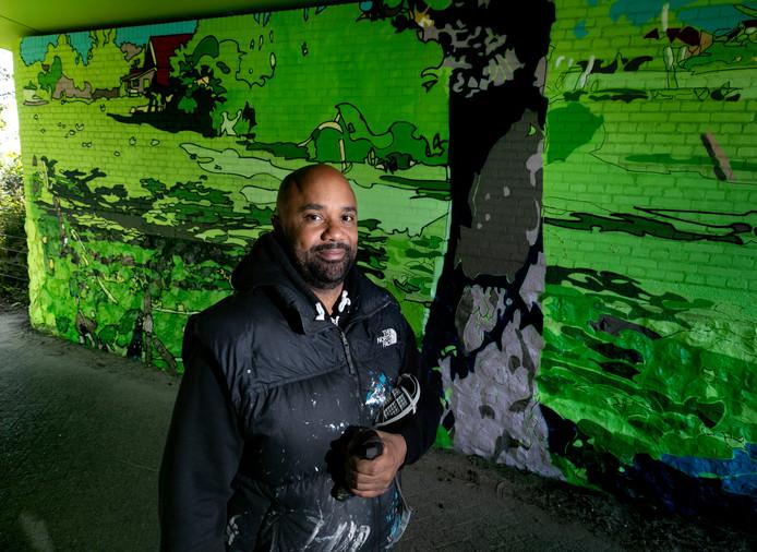 Graffiti-artiest Julien Crevaels in de spoortunnel aan de Doolstraat in Eindhoven.