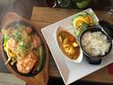 Restaurant OM: Sizzler met kip en rijst.