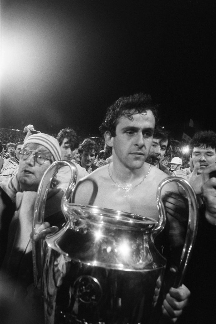 Matchwinner Michel Platini met de Europa Cup 1 in 1985.