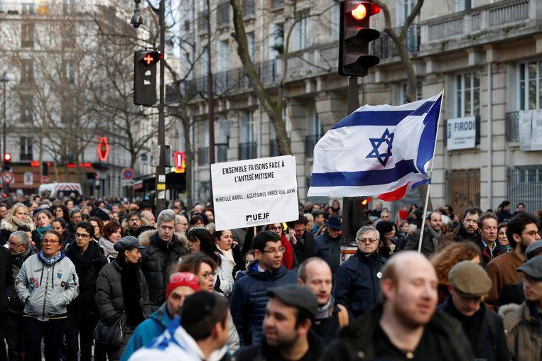 Mensen lopen op 28 maart in Parijs mee in een mars ter nagedachtenis aan Mireille Knoll, een 85-jarige vrouw die volgens justitie vermoedelijk werd vermoord vanuit antisemitische motieven. Beeld Reuters