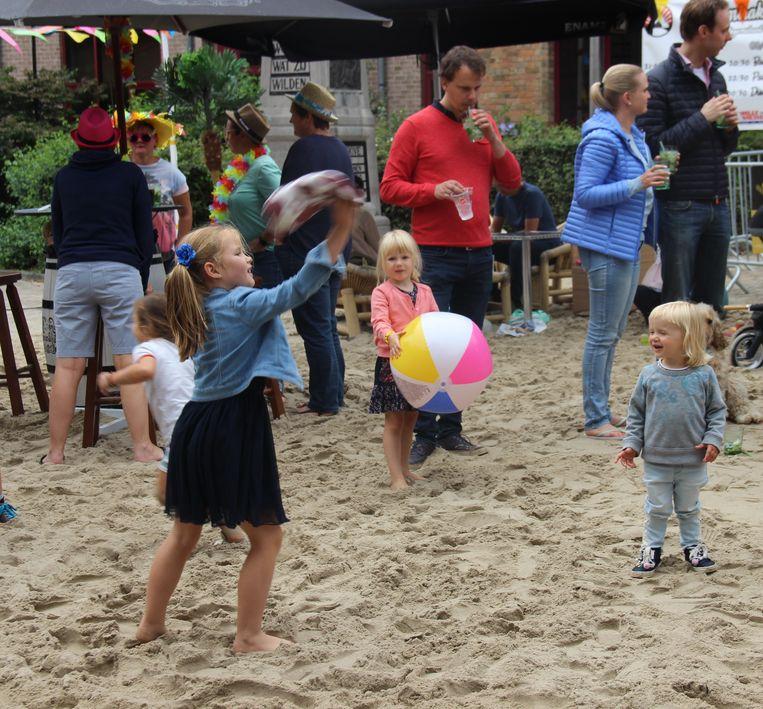 Net als op een echt strand amuseerden de kinderen zich op blote voeten in het zand.