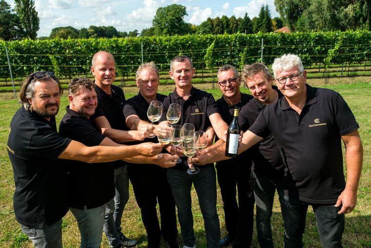 De leden van de Tafel van Acht klinken op hun eerste wijn.