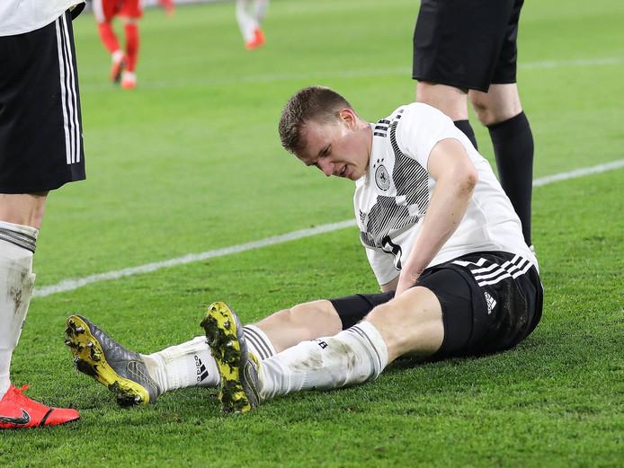 Lukas Klostermann is geblesseerd geraakt tijdens zijn debuut voor de Mannschaft.