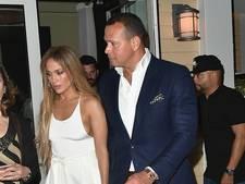J.Lo viert dubbelverjaardag in ultrakort doorschijnend jurkje