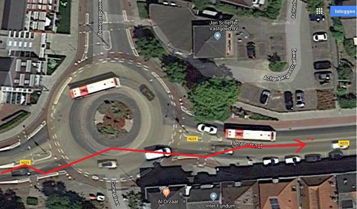 De automobilist reed rechtdoor over de rotonde.