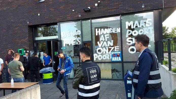 Actie bij jongerencentrum de Poort. Ook vrijwilligers van Kruiskamp Ons Buurtje waren er om steun te betuigen.