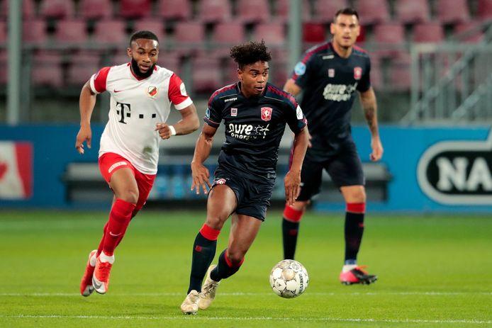 Godfried Roemeratoe aan de bal namens FC Twente, in het duel met FC Utrecht