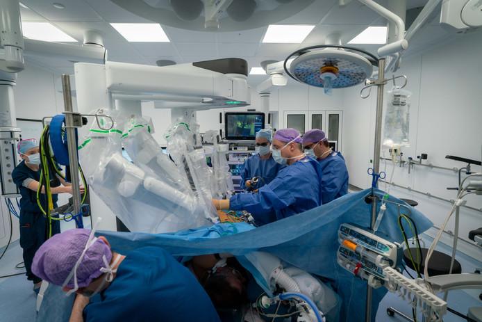 Een operatie in volle gang in een van de fonkelnieuwe operatiekamers. Foto: Erik van 't Hullenaar.