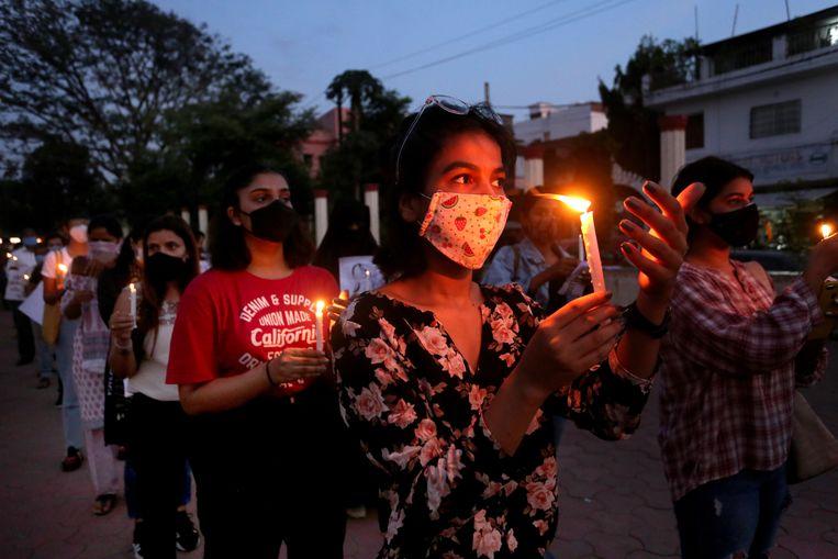 Protesten naar aanleiding van de verkrachting en moord van de 19-jarige Dalit-vrouw. Beeld EPA