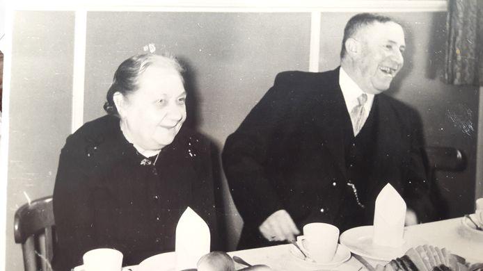 Geert Krijnen was op 18 september 1944 de man die op zijn fiets van de dijk werd gedwongen door een laag overvliegende B24-bommenwerper van Haynes M. Baumgardner. Links zijn vrouw.