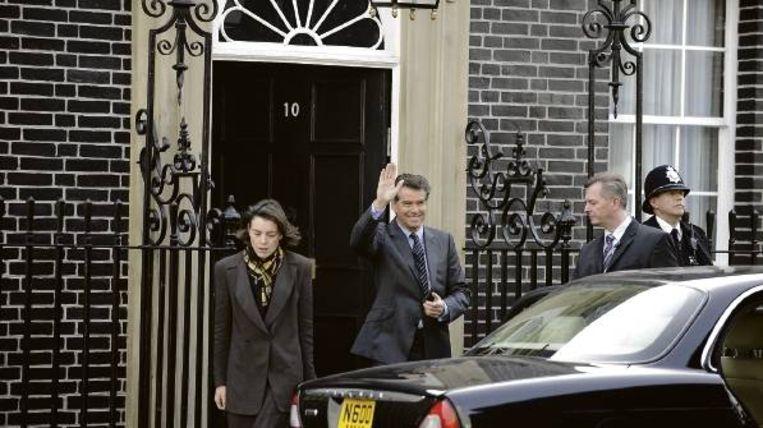 Premier Adam Lang (Pierce Brosnan) en zijn vrouw Ruth (Olivia Williams) verlaten 10 Downing Street. Beeld