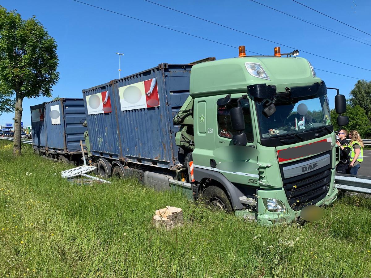 Een vrachtwagen raakte van de weg op de A2.