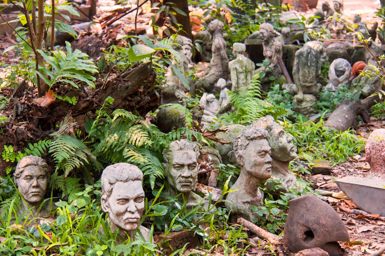 De tuin van de Faculteit der Schone Kunsten ligt bezaaid met door studenten gemaakte bustes. Beeld null