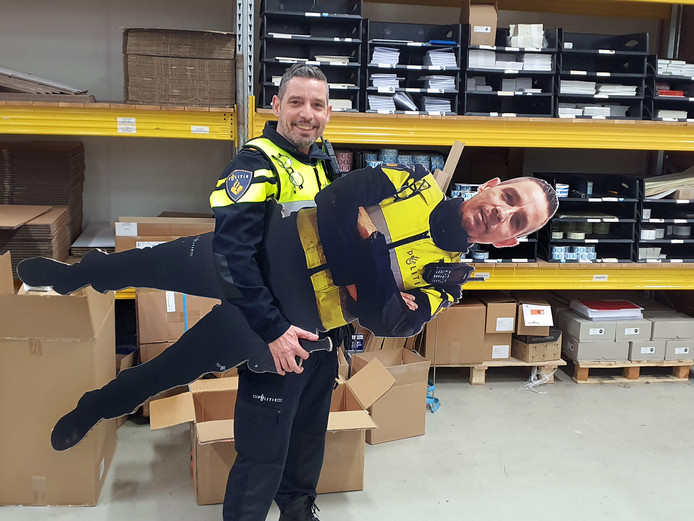 Een Schiedamse wijkagent heeft replica's van zichzelf laten maken.