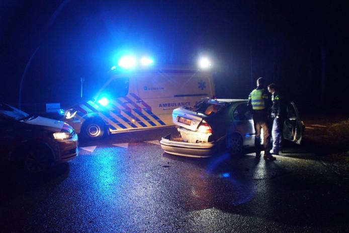De auto raakte zwaar beschadigd. De automobilist is naar het ziekenhuis gebracht.