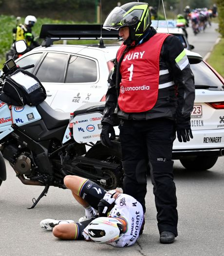 Motorrijder over botsing met Alaphilippe: 'Voel me schuldig, al kan ik er niets aan doen'