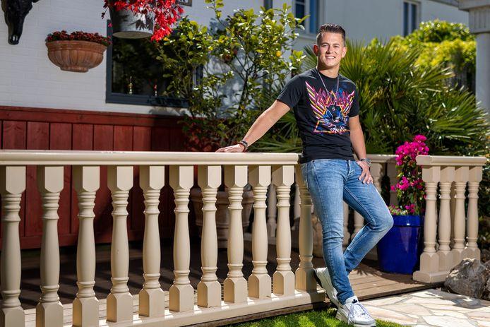 Portret van zanger Menno Aben in de tuin van het ouderlijk huis. Menno is finalist van the Voice of Holland.  Voor de rubriek Hoe is het nu met....