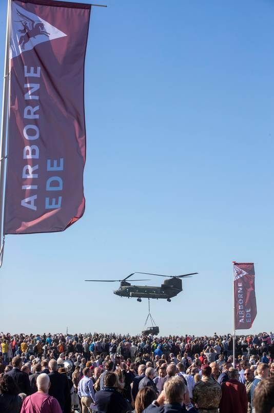 Een Chinook-helikopter boven de Ginkelse Heide tijdens een eerdere Airborne-herdenking.