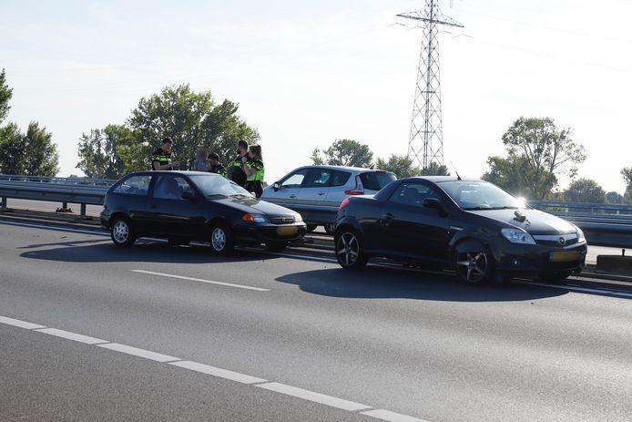 Twee auto's komen met elkaar in botsing.