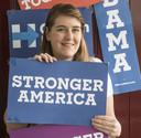Eline Kimmel (26) heeft een fascinatie voor de Amerikaanse politiek. In aanloop naar de verkiezingen in 2016 was ze in Amerika en nam ze deze borden mee.