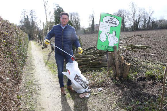 Burgemeester Roggen is dagelijks op pad om zwerfvuil te rapen.