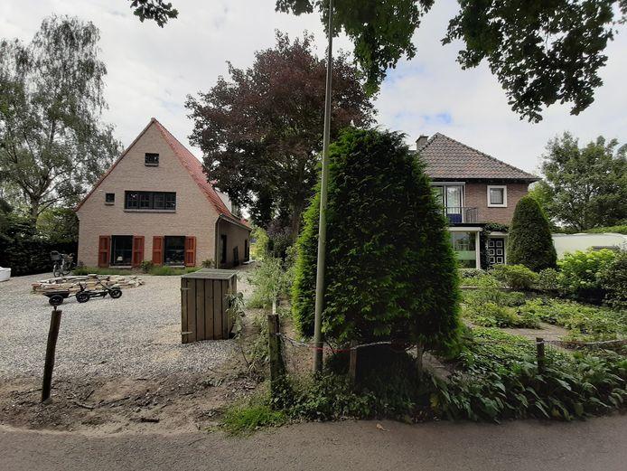 Het nieuwbouwhuis aan de Wijhendaalseweg (links) staat te dicht bij het huis van mevrouw De Vries (rechts), zegt de zoon van mevrouw De Vries.