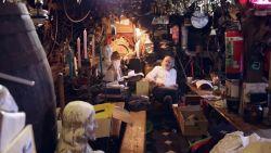 Kijk mee binnen in het 'vuilste café van Gent'
