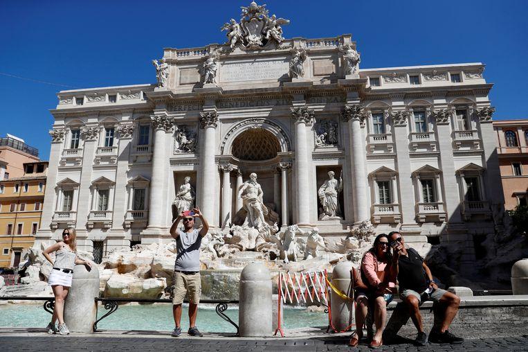 Ook aan de Trevi fontein, waar het anders koppenlopen is om een foto te bemachtigen, zitten nu maar een paar enkelingen.