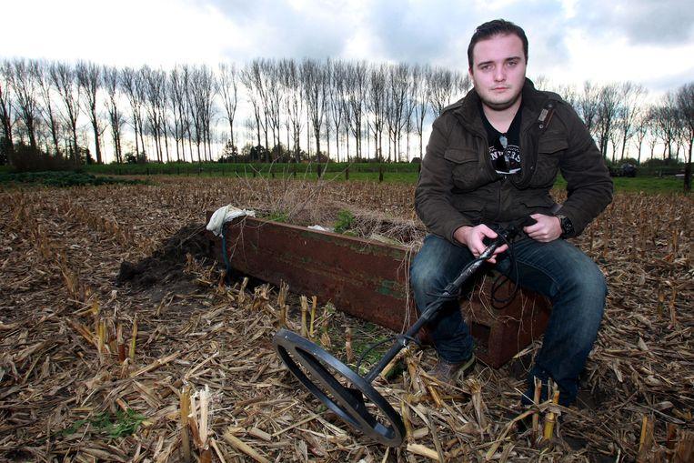 In een veld in Moerkerke bij Damme vond Céderic Lippens met zijn metaaldetector de schedel en beenderen van een Canadese soldaat die sneuvelde in de Tweede Wereldoorlog.