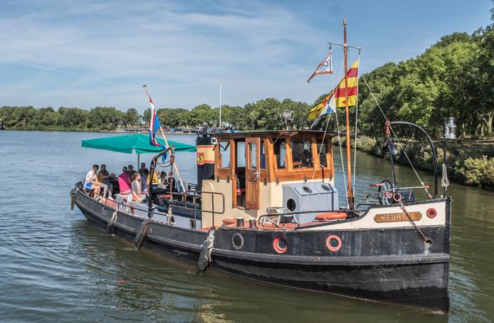 De veerpont (sleepboot) waarmee tijdens Monumentendag mensen overgezet worden van Overasselt naar Gassel in Brabant.