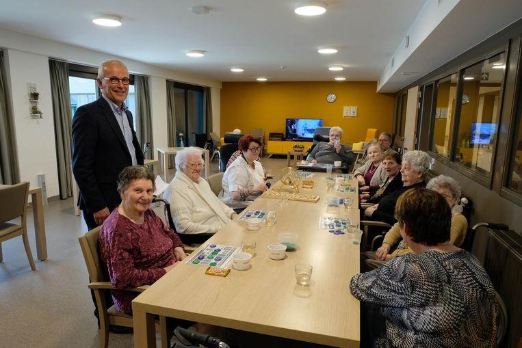 Jan Van Craenendonck bij de bewoners van het vernieuwde woonzorgcentrum.
