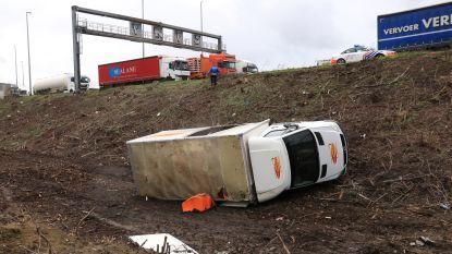 Vrachtwagen belandt in berm langs E17 in Burcht, hevige windstoot mogelijk oorzaak