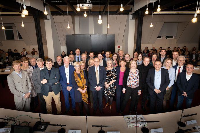 De nieuwe gemeenteraad van Lier poseerde samen voor de verzamelde pers.