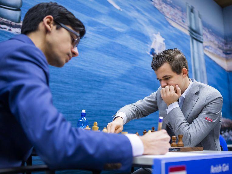 Anish Giri (links) tegen Magnus Carlsen tijdens de laatste  ronde van de 81e editie van het Tata Steel Chess Tournament.  Beeld ANP