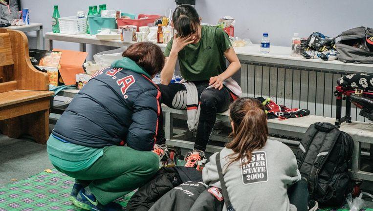Een Zuid-Koreaanse shorttracker treurt in de kleedkamer van de Tareung-ijshal om een gemiste kans. Beeld Jun Michael Park