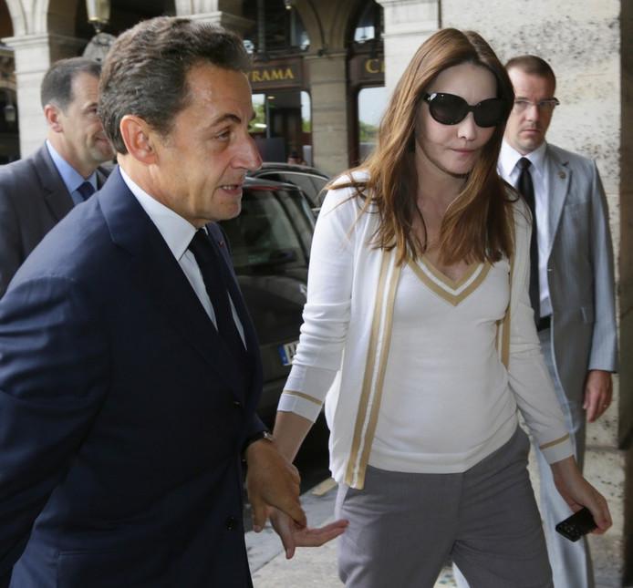 Carla Bruni est apparue ce jeudi au bras de Nicolas Sarkozy à l'occasion d'une rencontre avec l'opposante birmane Aung San Suu Kyi. Sa tenue ceintrée ne donne pas de réel indice sur une grossesse supposée. Nouvelle rumeur?