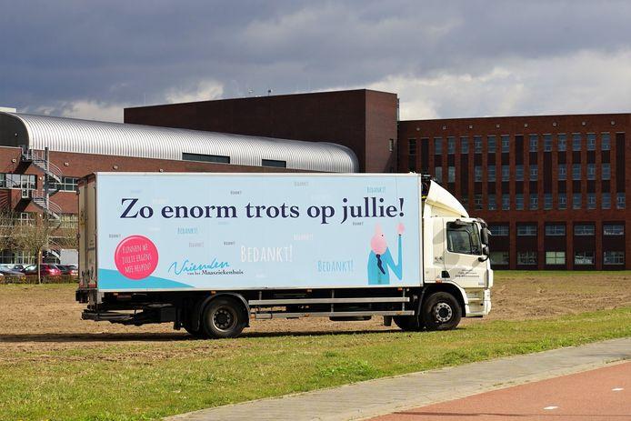 De dank-je-wel-vrachtwagen bij het Maasziekenhuis.