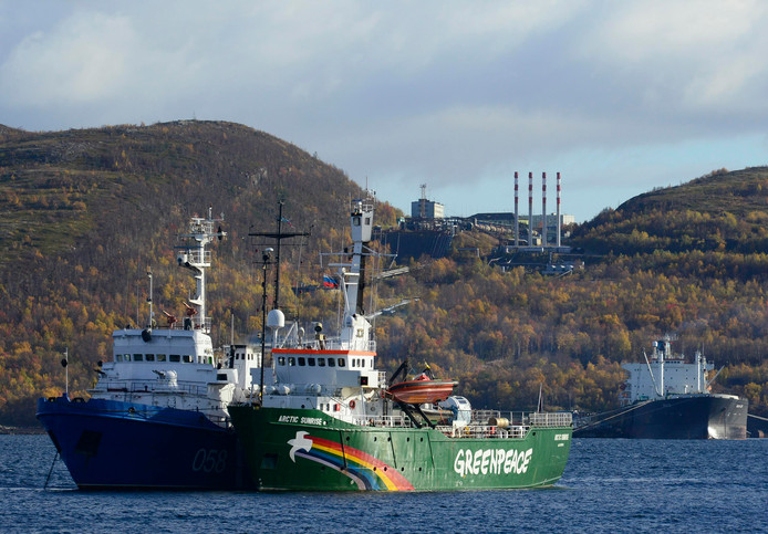 "Greenpeace schip ""Arctic Sunrise"" aan de ketting in de haven van Murmansk, in september 2013."