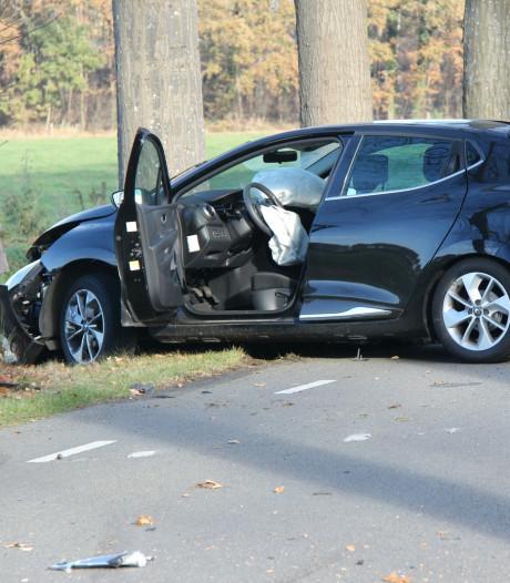 Auto botst bij Lettele op bomen na uitwijkactie