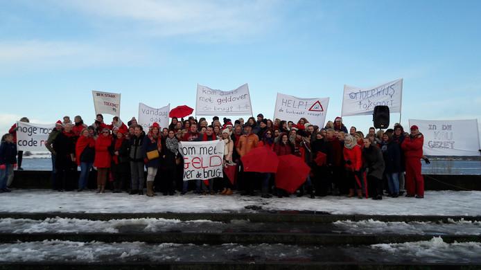Zo'n honderd leraren van basisscholen in de Bommelerwaard namen dinsdagochtend deel aan een stakingsactie op de Waalkade in Zaltbommel.