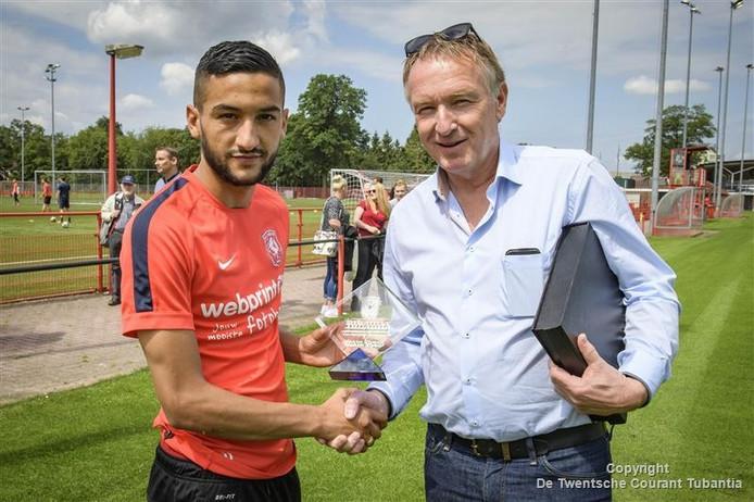 Hakim Ziyech krijgt de trofee uit handen van Henk van Schuppen