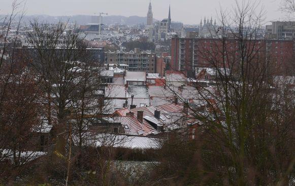 De Leuvense daken zijn bedekt met een dun maar mooi laagje sneeuw.