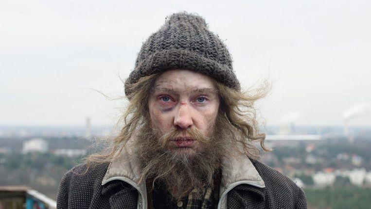 Cate Blanchett in Manifesto, hier als zwerver. Het is een van de in totaal dertien rollen die ze speelt in de film Julian Rosefeldt. Beeld null