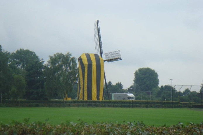Als een enorme bij: de molen heeft zijn geelzwarte jas aan.