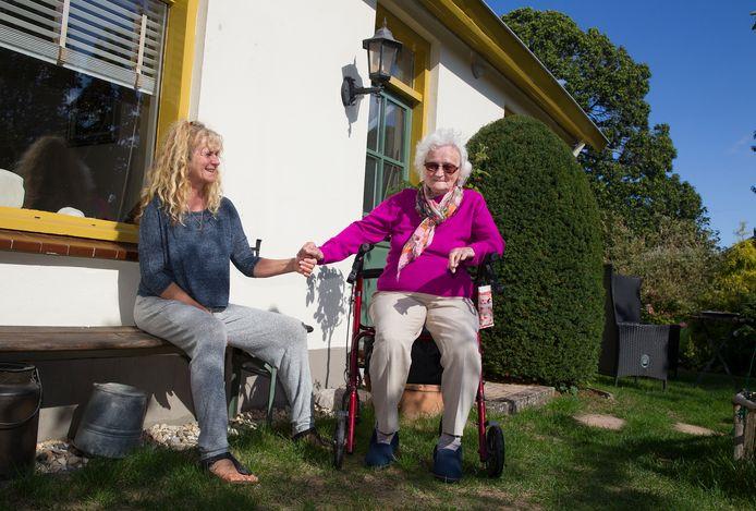 Mevrouw Brakel en dochter Petra Brouwers genieten van de natuur en van elkaar.