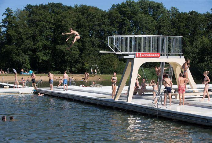 Een duik in het water van het Strandbad in Winterswijk.