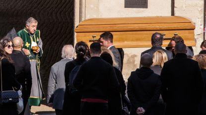 IN BEELD. Charles Aznavour in besloten kring begraven
